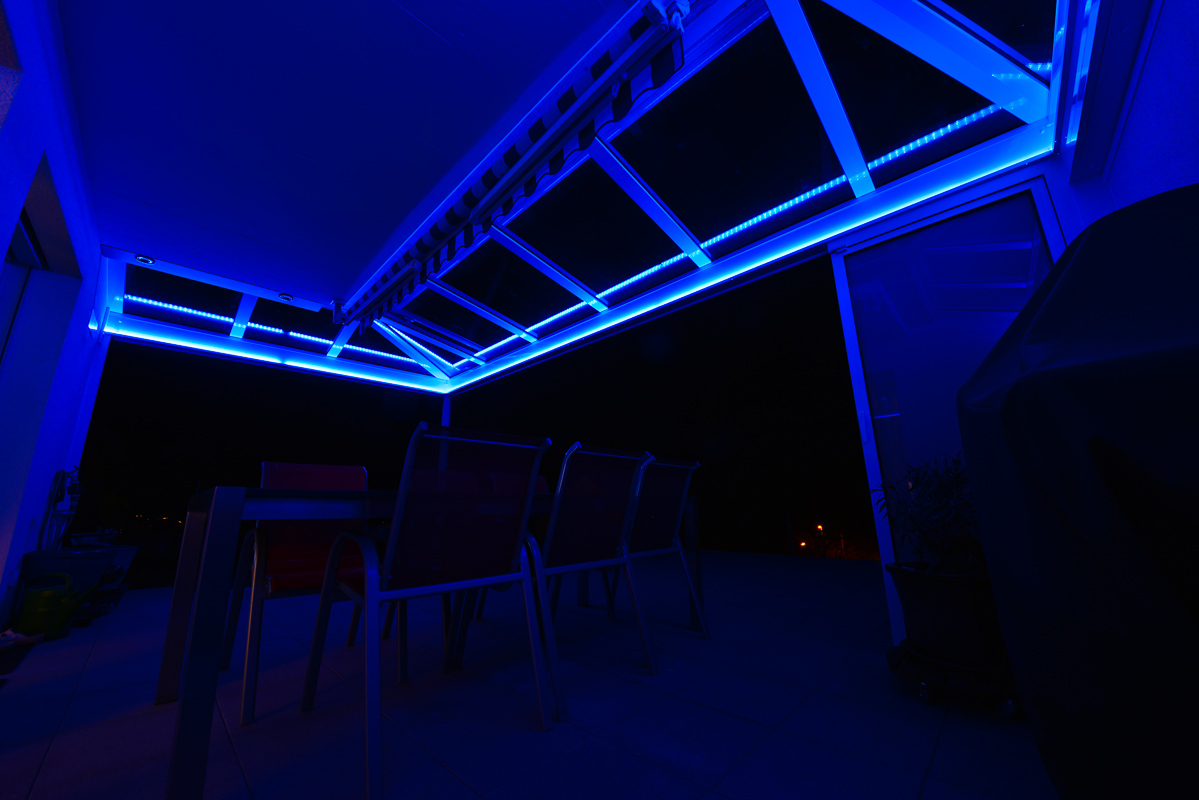gartensitzplatz sitzplatz berdachung mit rgb led beleuchtung fotografie und reise blog. Black Bedroom Furniture Sets. Home Design Ideas